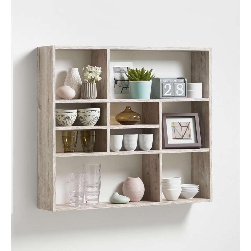 Dit moderne wandrek is wit van kleur. De vakken zijn open en bieden ruimte om je mooiste spullen uit te stallen.