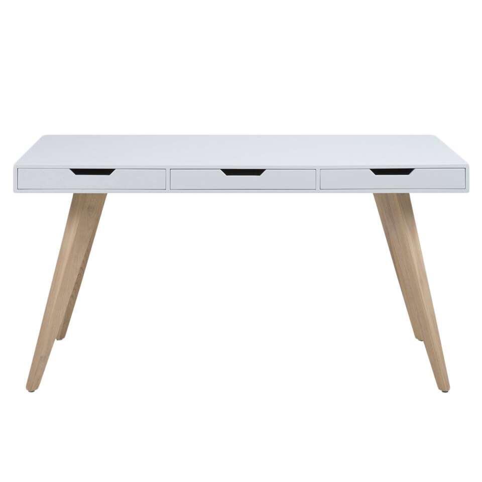 Geef je inrichting een nieuwe look met het bureau Erada. Het bureau heeft een frisse uitstraling door de combinatie van de houten poten en het witte blad. Het bureau is voorzien van drie laden.