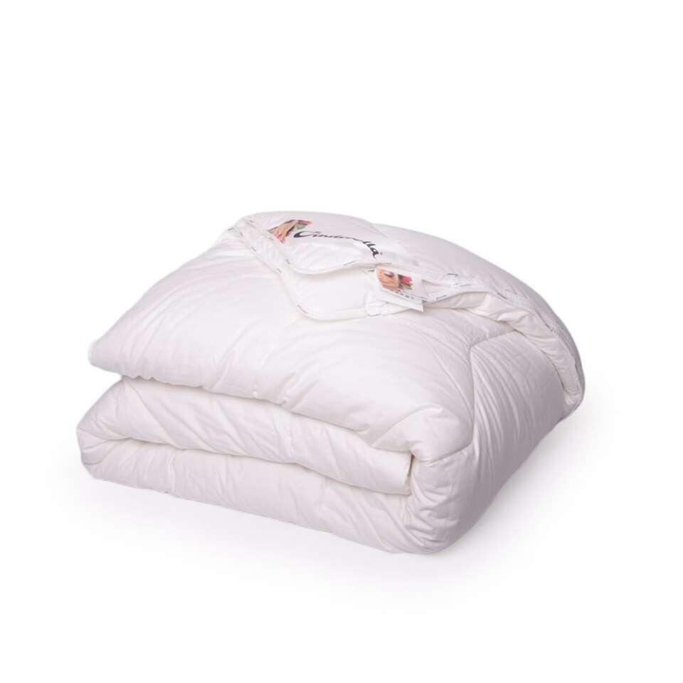 Het Cinderella Classic dekbed staat garant voor optimaal comfort en een goede nachtrust. Het dekbed is blijvend veerkrachtig en heeft een uitstekende warmte-isolatie.