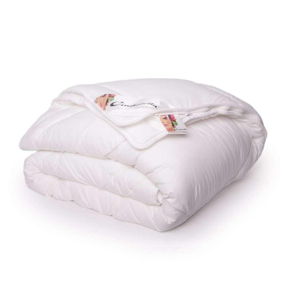 Het Cinderella Ambient dekbed staat garant voor optimaal comfort en een goede nachtrust. Door de hoogwaardige en soepele tijk volgt het dekbed de contouren van het lichaam waardoor het lichaam als het ware wordt omarmd.