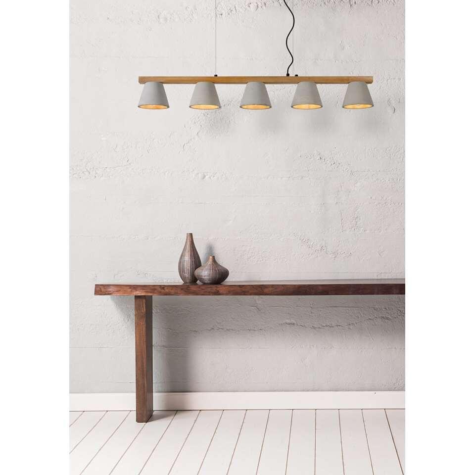 Een knappe verlichting met warme materialen én warm licht. Maak kennis met Possio. Deze hanglamp telt vijf lichtpunten en voelt zich heerlijk thuis in een modern interieur.