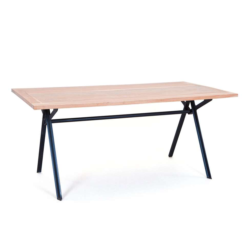Eetkamertafel Celbridge is gemaakt van massief acaciahout en bezit een landelijke tintje. Het tafelblad is geplaatst op een onderstel van zwart metaal en zorgt voor een ontzettend stoer uiterlijk.