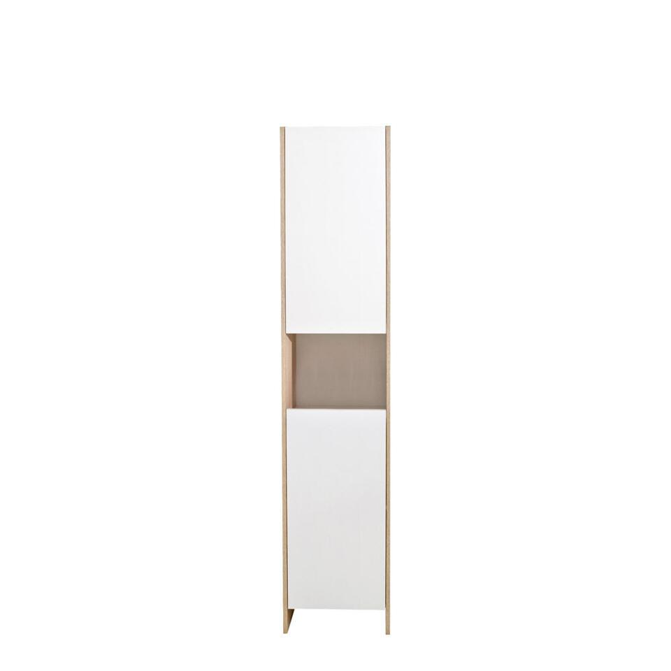 Badkamerkast Bogeskov is  wit met eikenkleur. Deze eenvoudige badkamerkast heeft 2 deuren en 1 open vak.