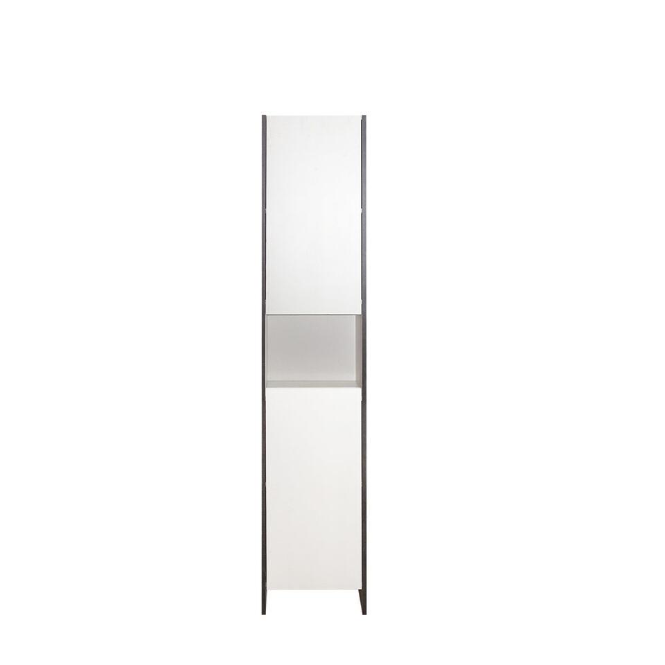 Badkamerkast Bogeskov is wit met betonkleur. Deze eenvoudige badkamerkast heeft 2 deuren en 1 open vak.