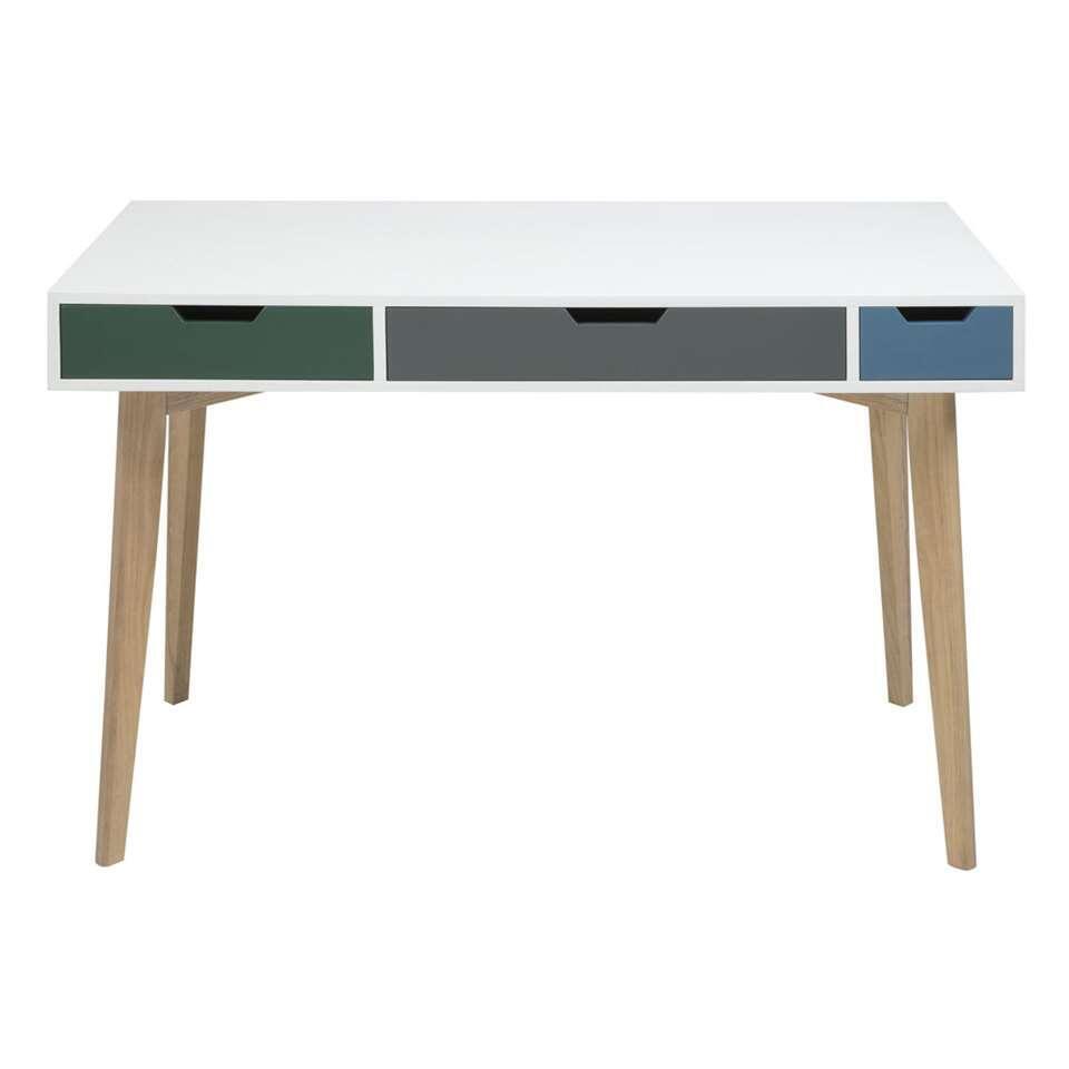 Bureau Solberg is een modern, eenvoudig bureau in de kleur wit met drie lades Deze lades hebben drie verschillende maten en drie verschillende kleuren. De slanke houten poot maakt het geheel compleet.