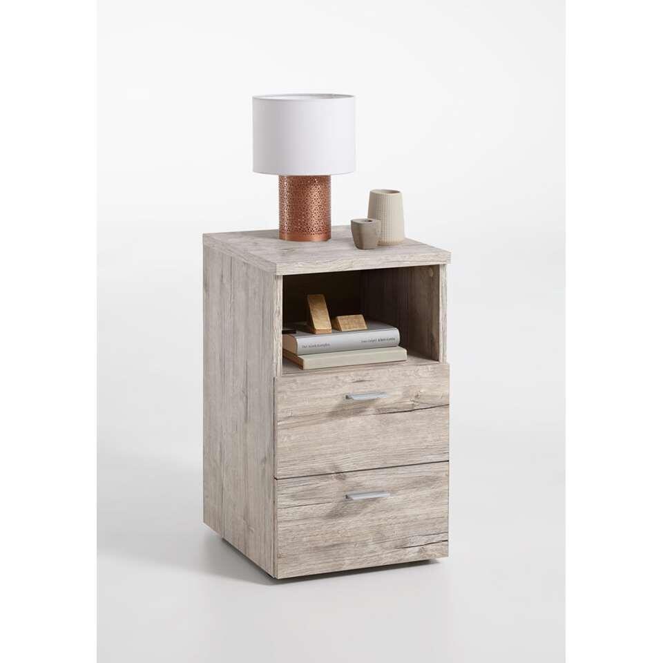 Nachtkastje Colima is tijdloos en modern vormgegeven en heeft een praktisch open vak voor bijvoorbeeld je bril , afstandsbediening of boek.