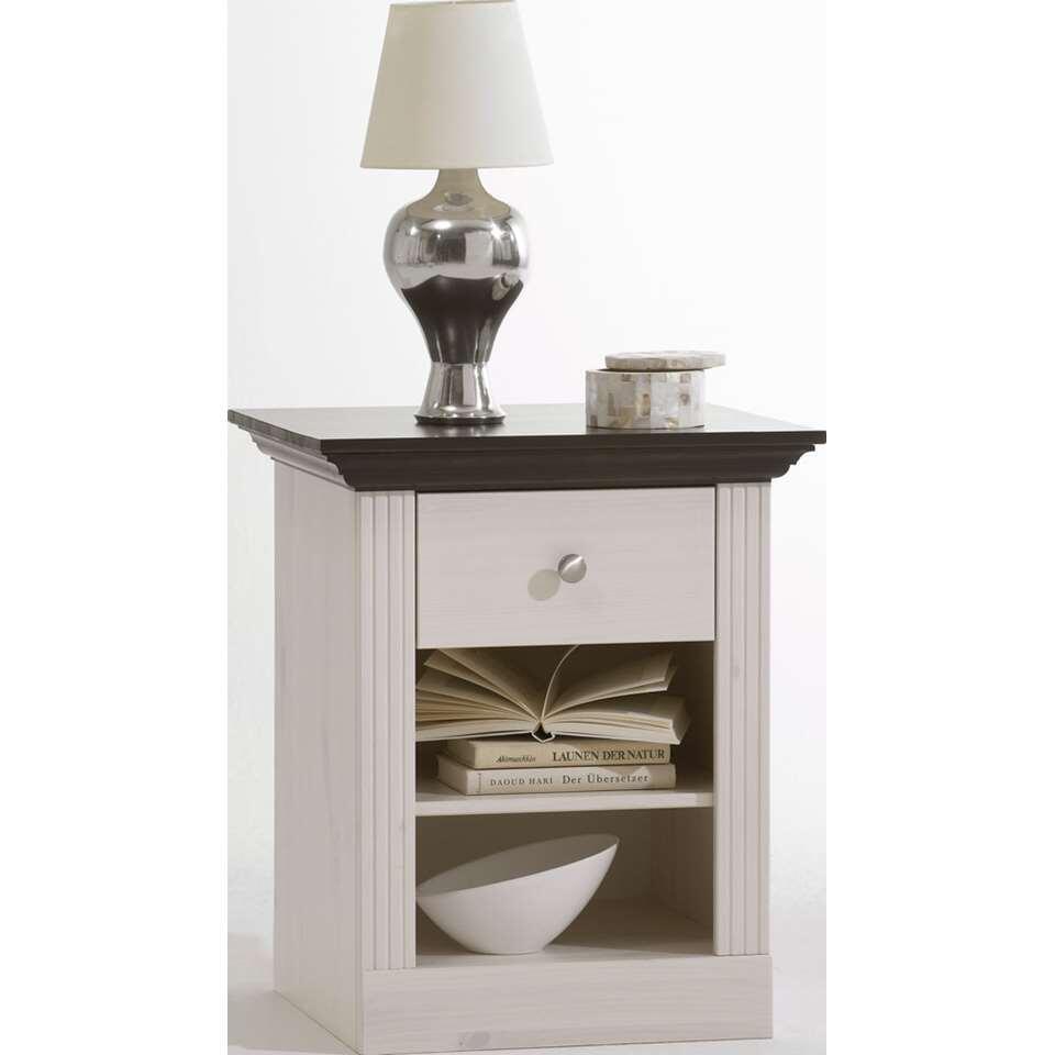 Nachtkastje Monaco is een stijlvol wit kastje met een donker blad. Dit kastje heeft een lade en twee open vakken. Dit kastje voelt zich thuis in een landelijk romantisch interieur.