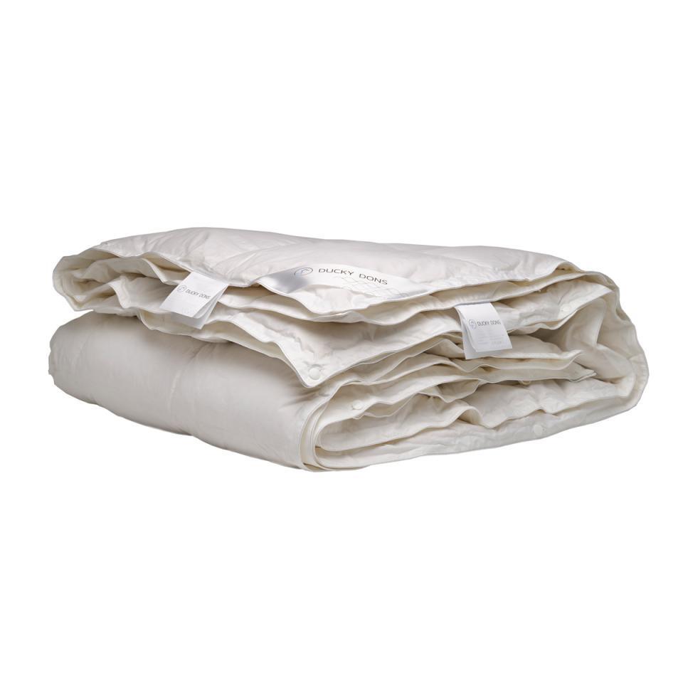Het Nordic dekbed van het merk Ducky Dons is comfortabel, soepel en zacht. Het 4-seizoenen donzen dekbed is gevuld met 90% nieuwe witte Europese eendendons.