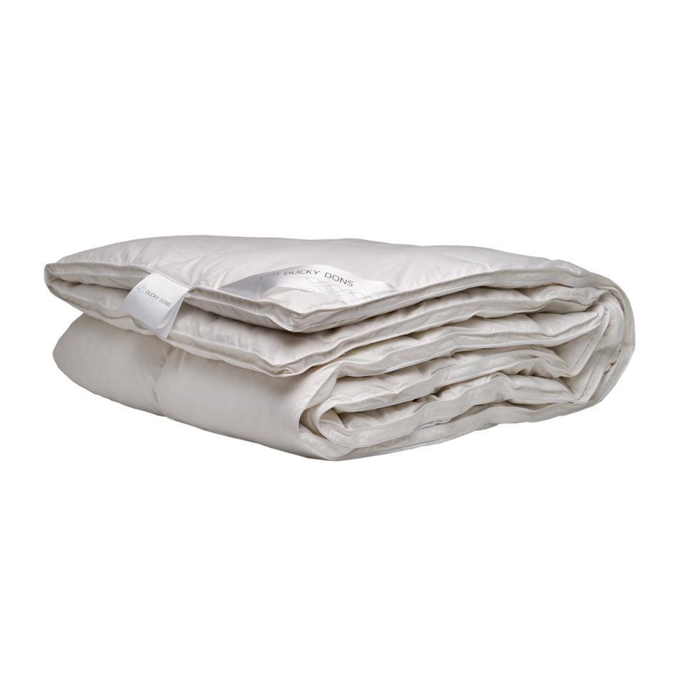 Het Ducky Dons dekbed Capella is comfortabel en gevuld met 15% eendendons en 85% veertjes.
