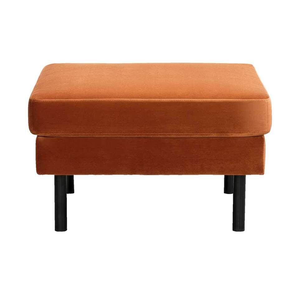 Hocker Collin is bekleed met velvet stof in de kleur koper. De hocker heeft een afmeting van 46x78x78 cm.